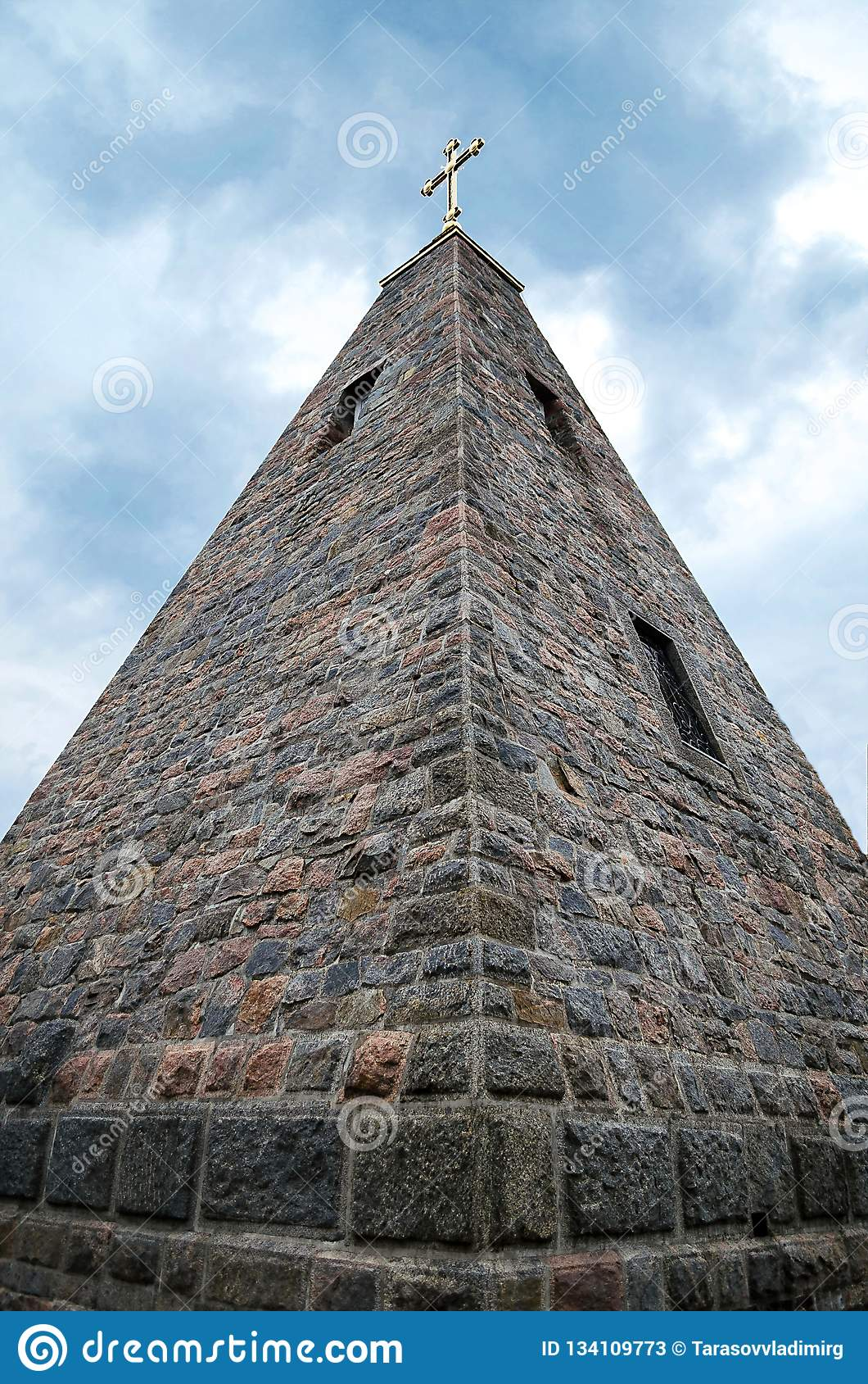 石金字塔古老大厦,在天空蔚蓝背景
