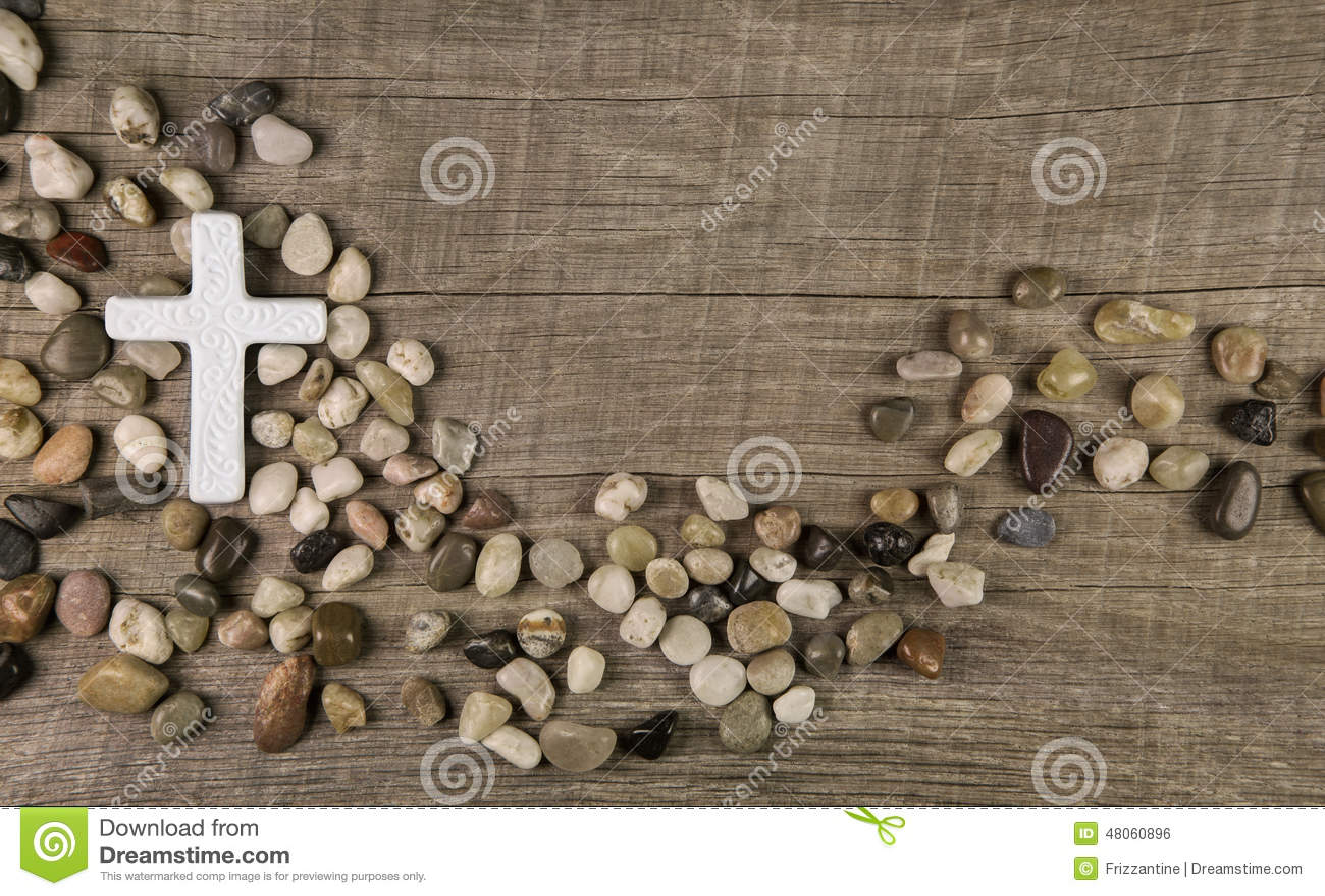 石头十字架在木背景的吊唁或哀悼的