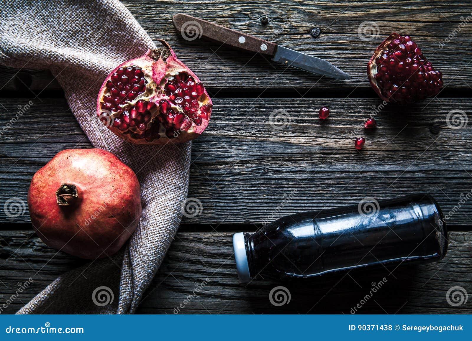 石榴和瓶精华或酊在木土气桌上