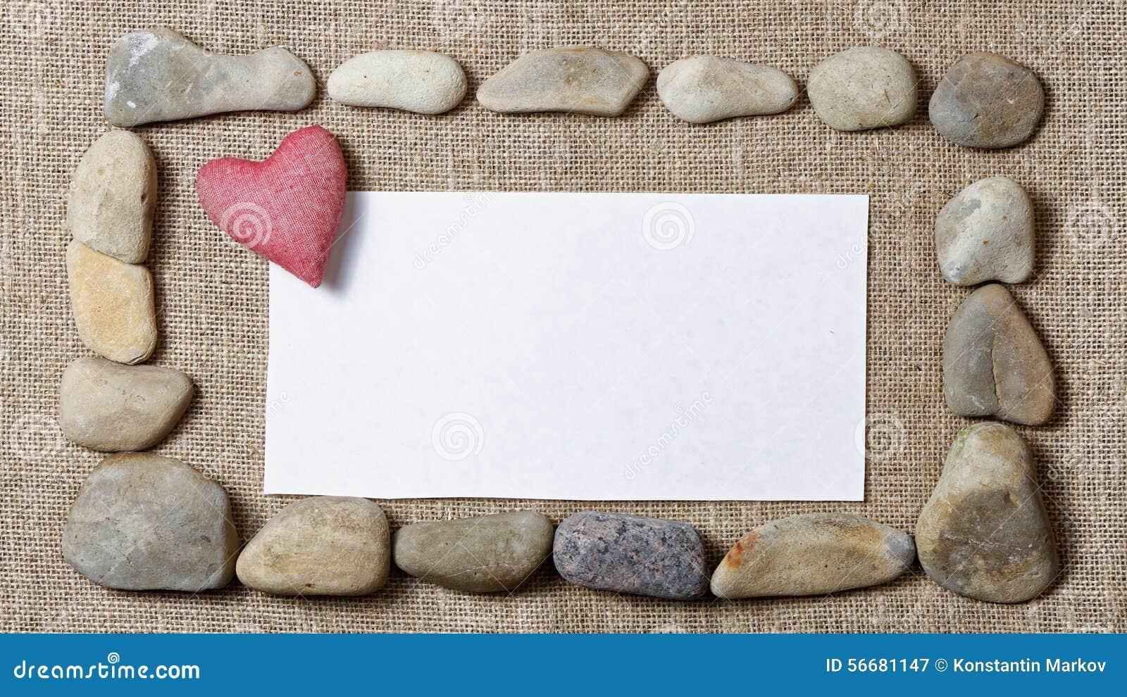 石头和空白的短信卡围拢的心脏