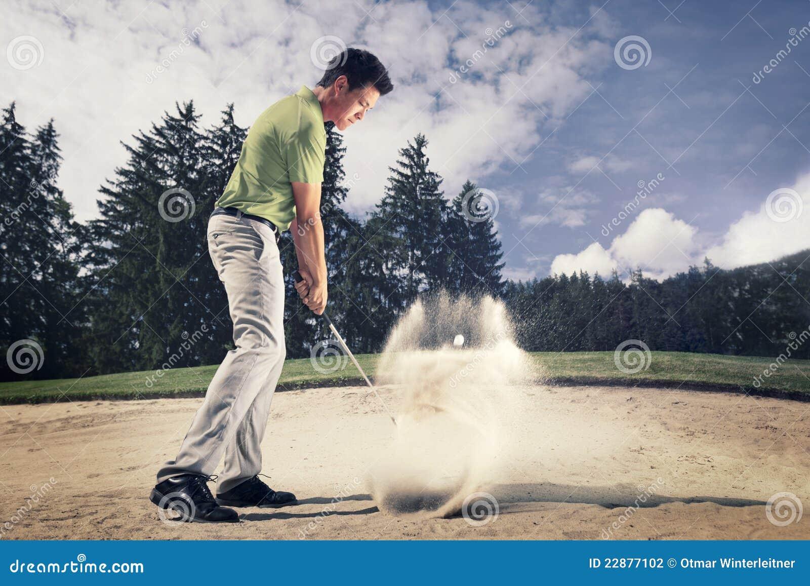 砂槽的高尔夫球运动员。