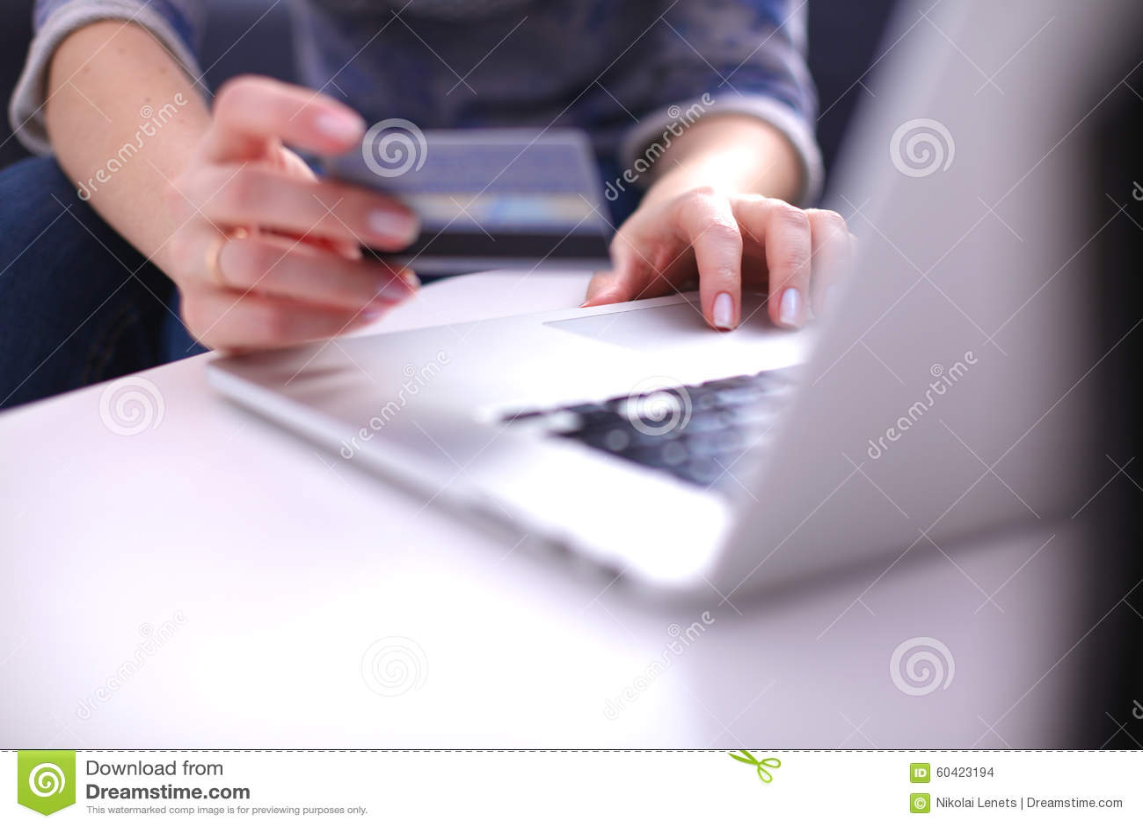 研究膝上型计算机的新女实业家