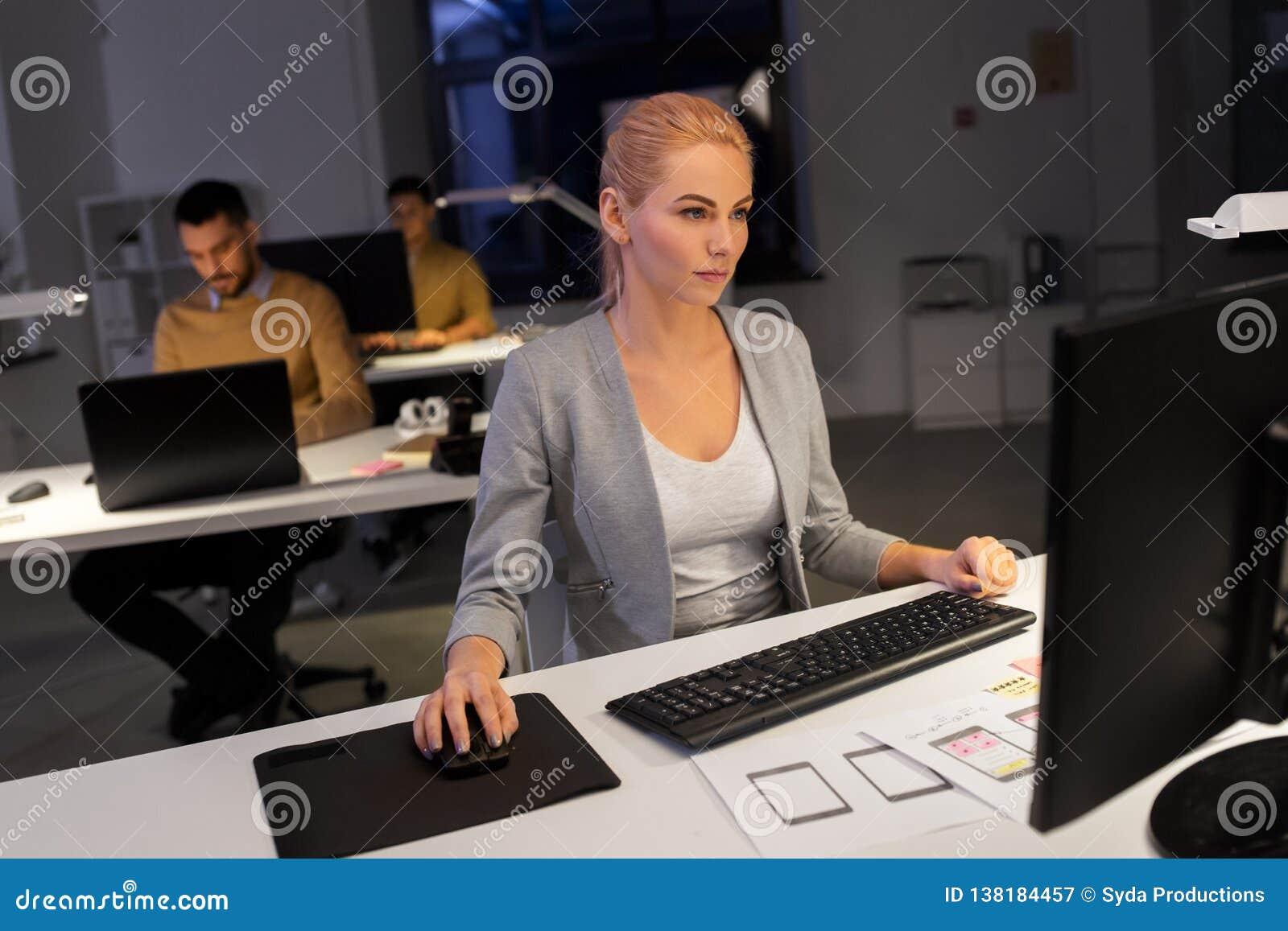 研究计算机的设计师在夜办公室