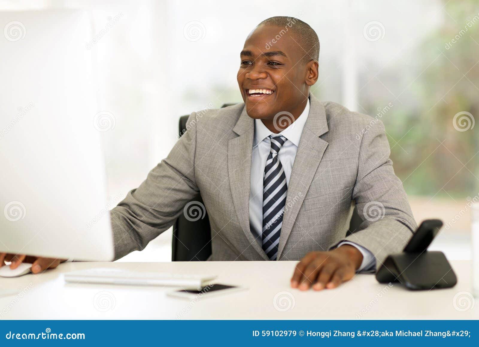 研究计算机的年轻非洲商人