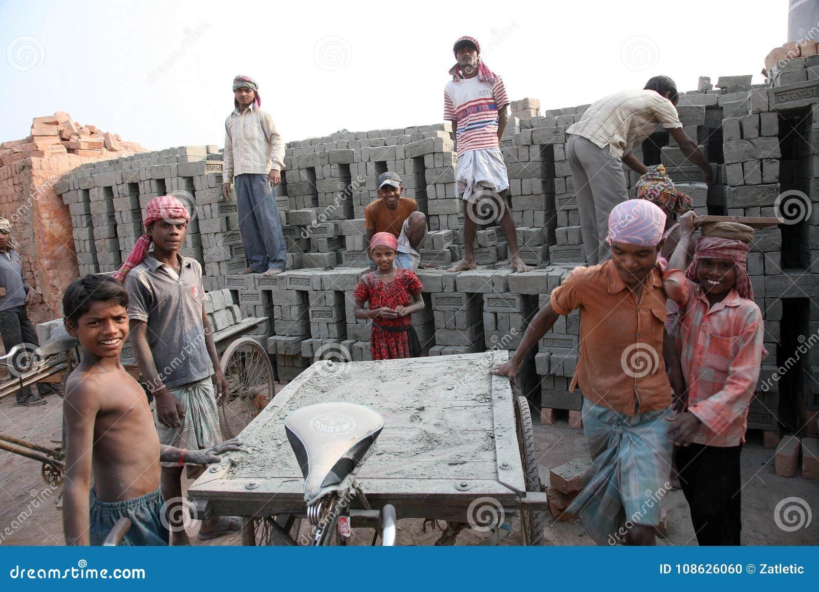砖厂工作者在Sarberia,西孟加拉邦,印度