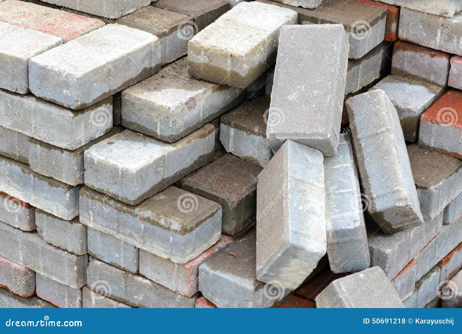 钙在建造场所的硅酸盐砖堆的细节.