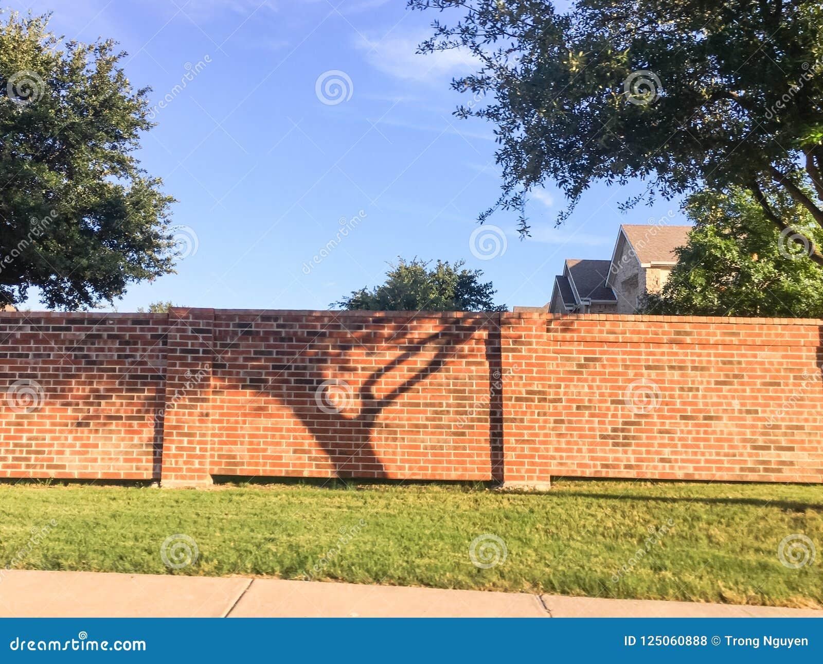 砖屏幕围住达拉斯堡垒的住宅房子相当区域价值,