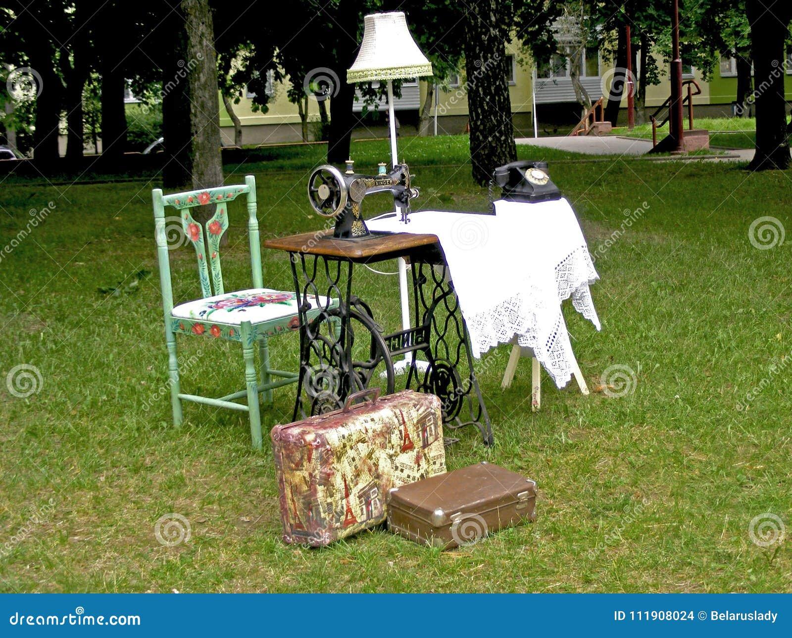破旧的别致的objets在葡萄酒花卉样式decoupaged在夏日