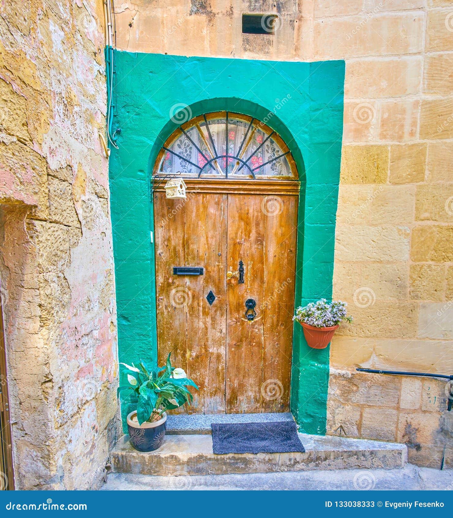 破旧的门在莫斯塔,马耳他老镇
