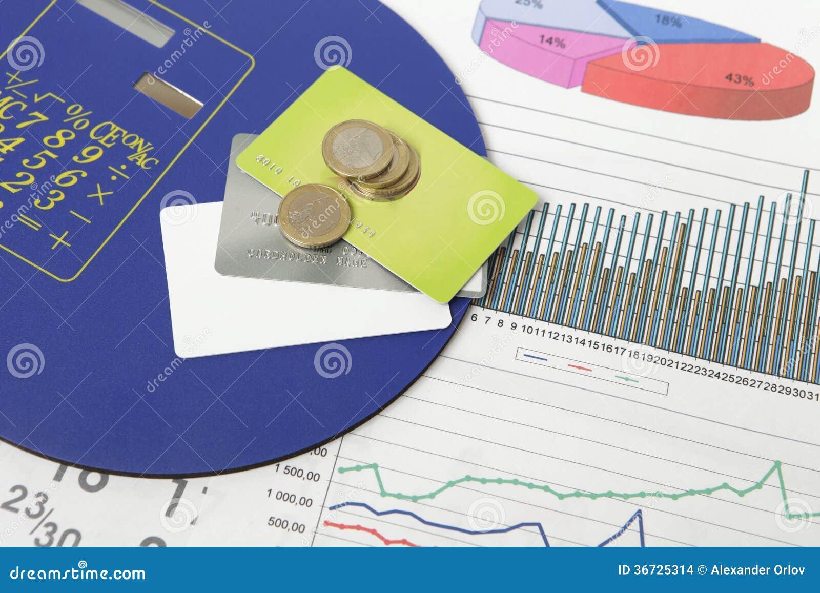 硬币和信用卡在一个文件与有些图表