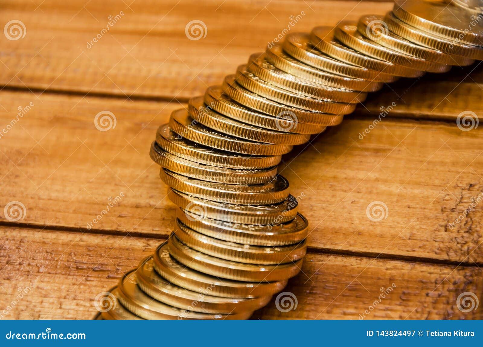 硬币在木背景关闭