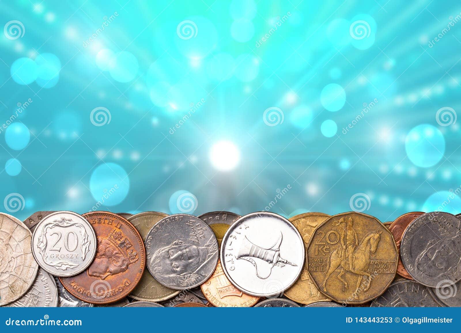 硬币背景 硬币边界特写镜头被修造从世界的不同的国家的很多金钱在抽象蓝色的