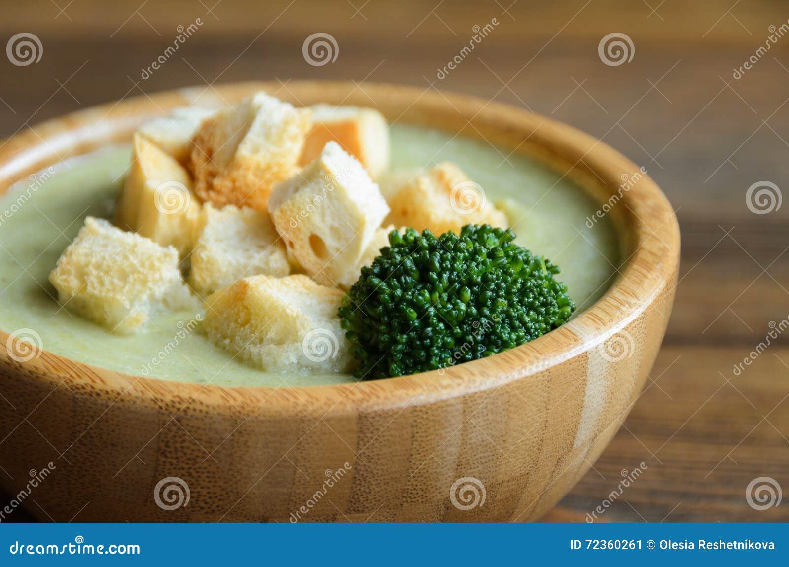 硬花甘蓝奶油色汤用油煎方型小面包片