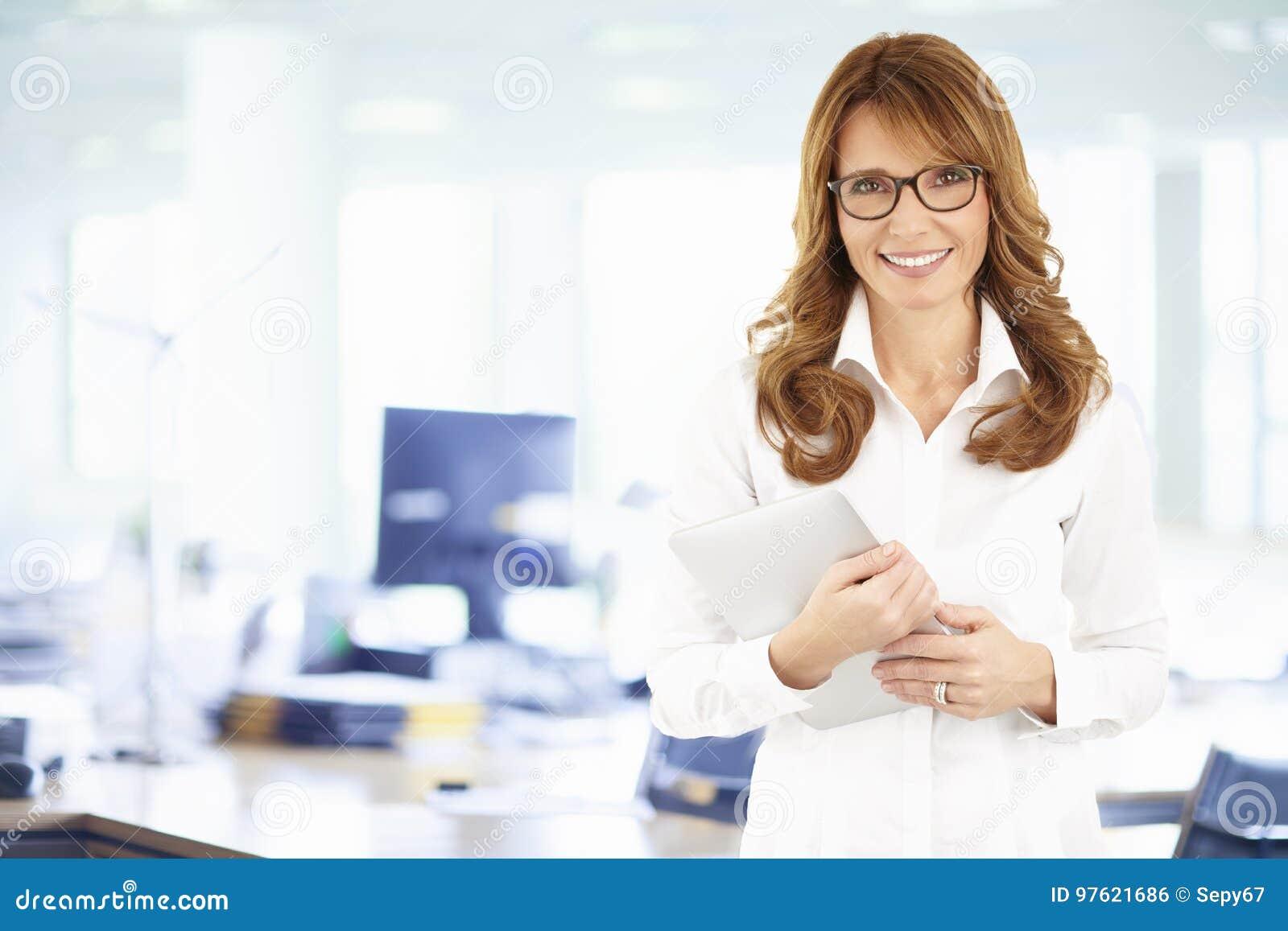 确信的女商人画象有数字式片剂的