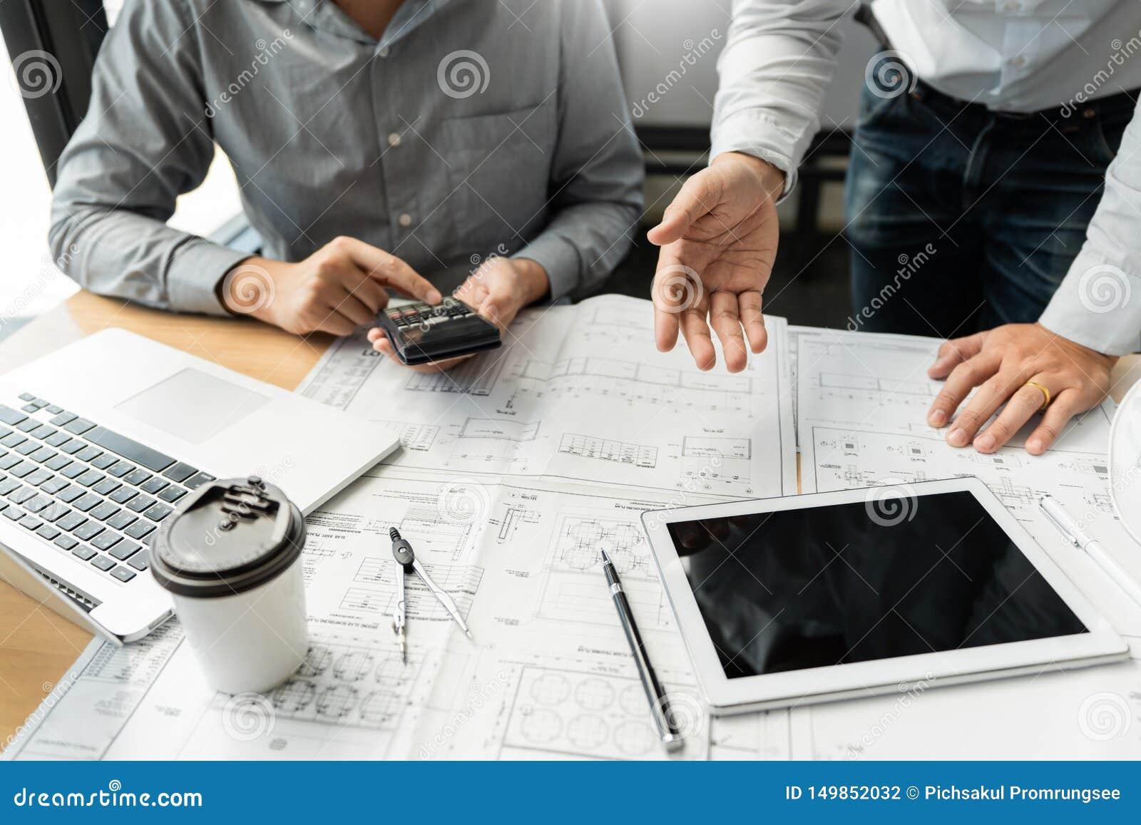 确信的工程师队与与建筑师设备谈论的和计划的工作流程工程项目的方案一起使用 W