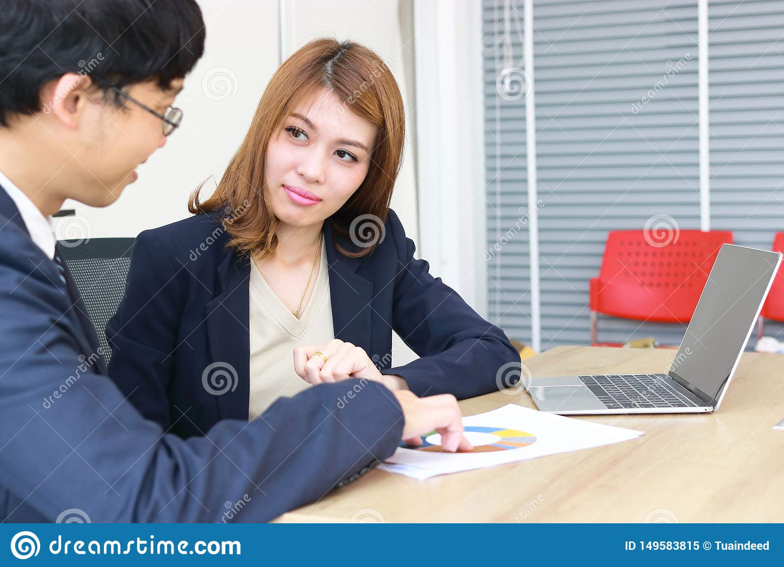 确信的年轻亚裔投资顾问女商人谈论对她的客户