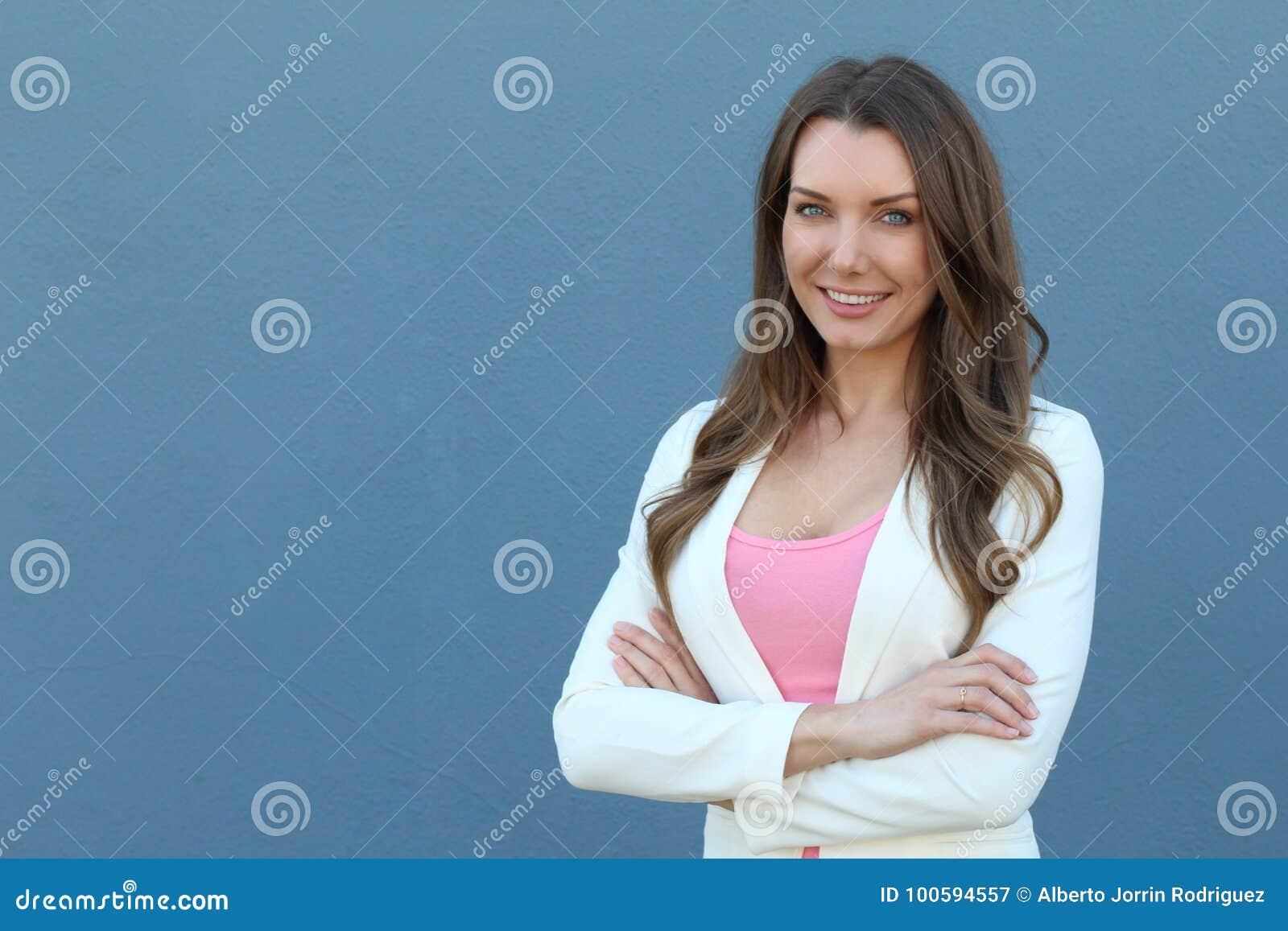 确信的成功的白种人女实业家画象