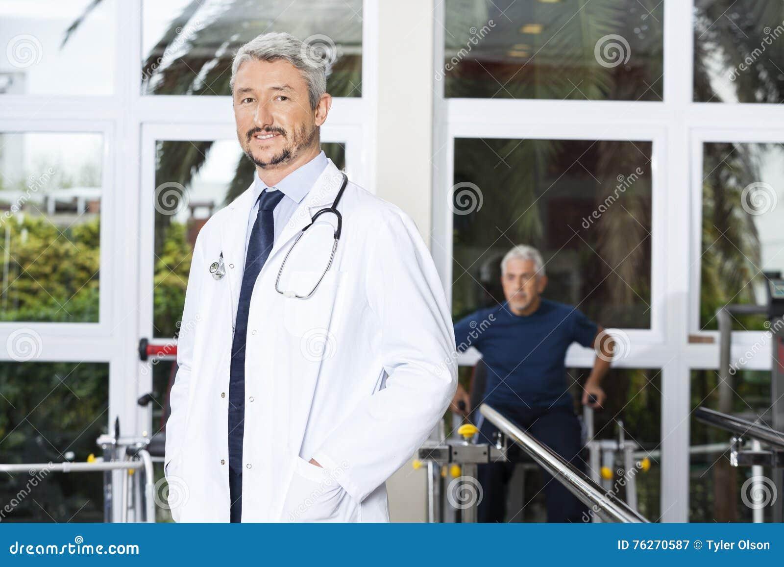 确信的成熟Smiling At医生康复中心