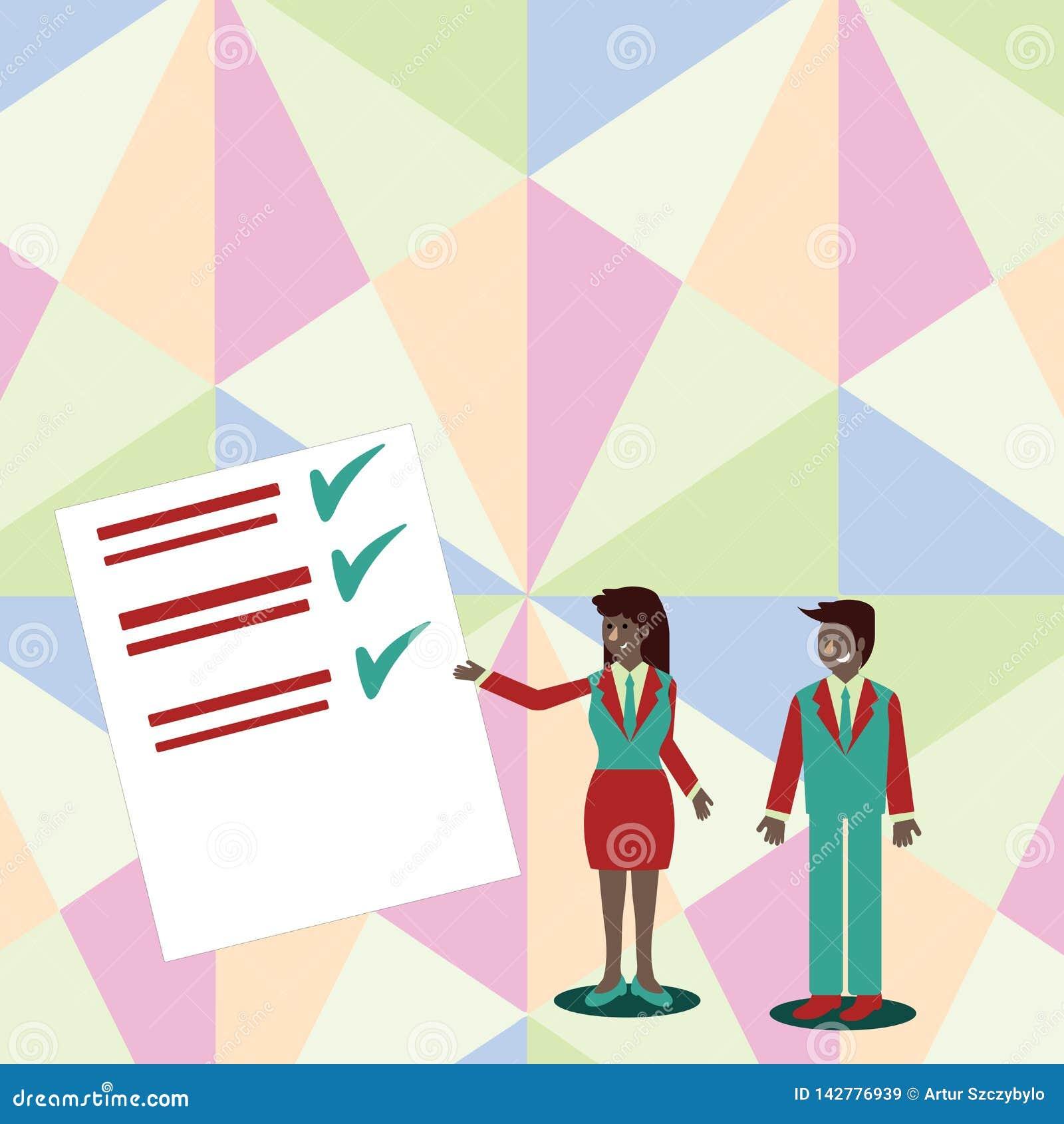 确信的男人和妇女站立,打手势和提出数据报告关于颜色委员会的西装的 创造性