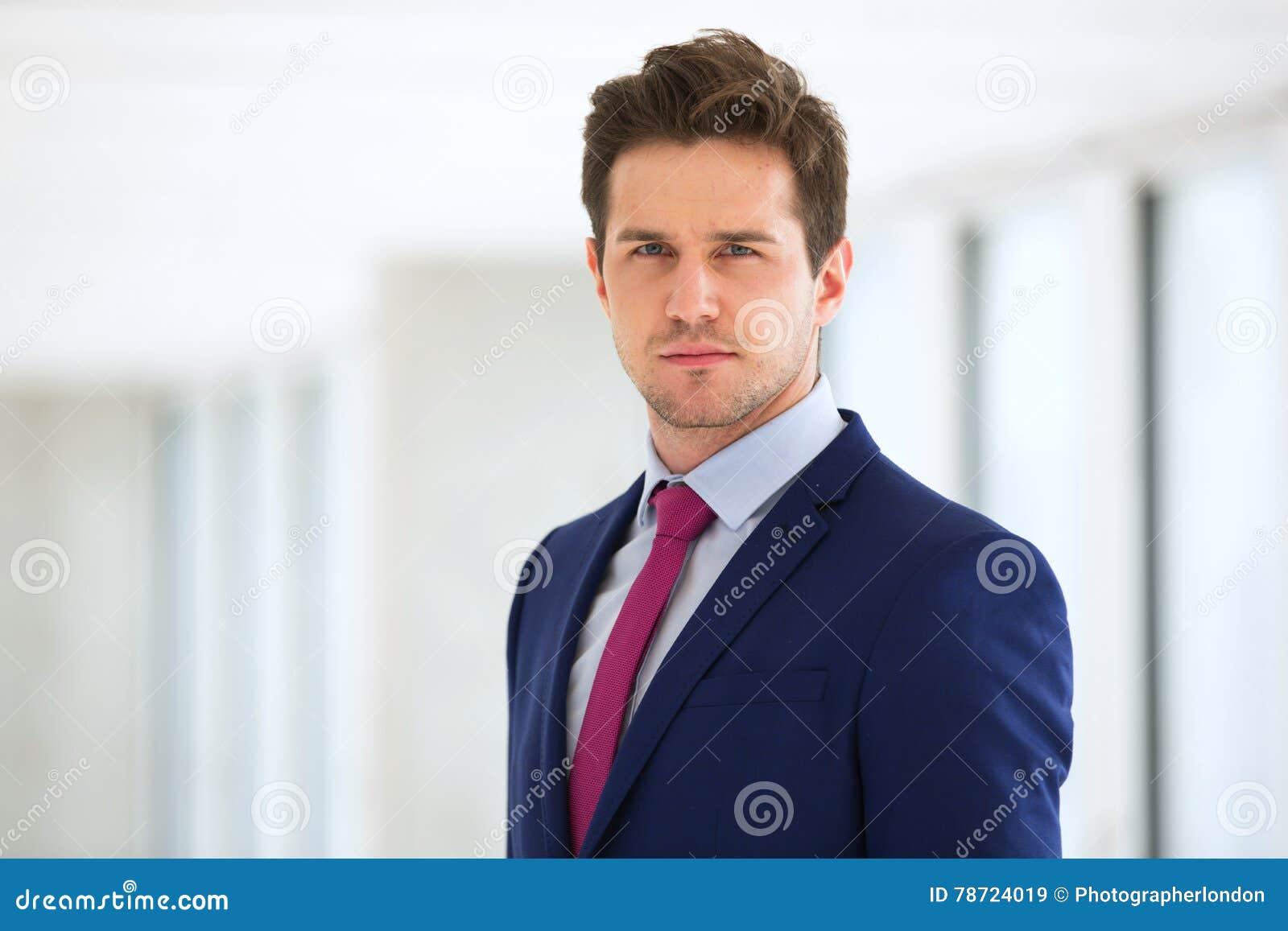 确信的年轻商人佩带的衣服画象在办公室