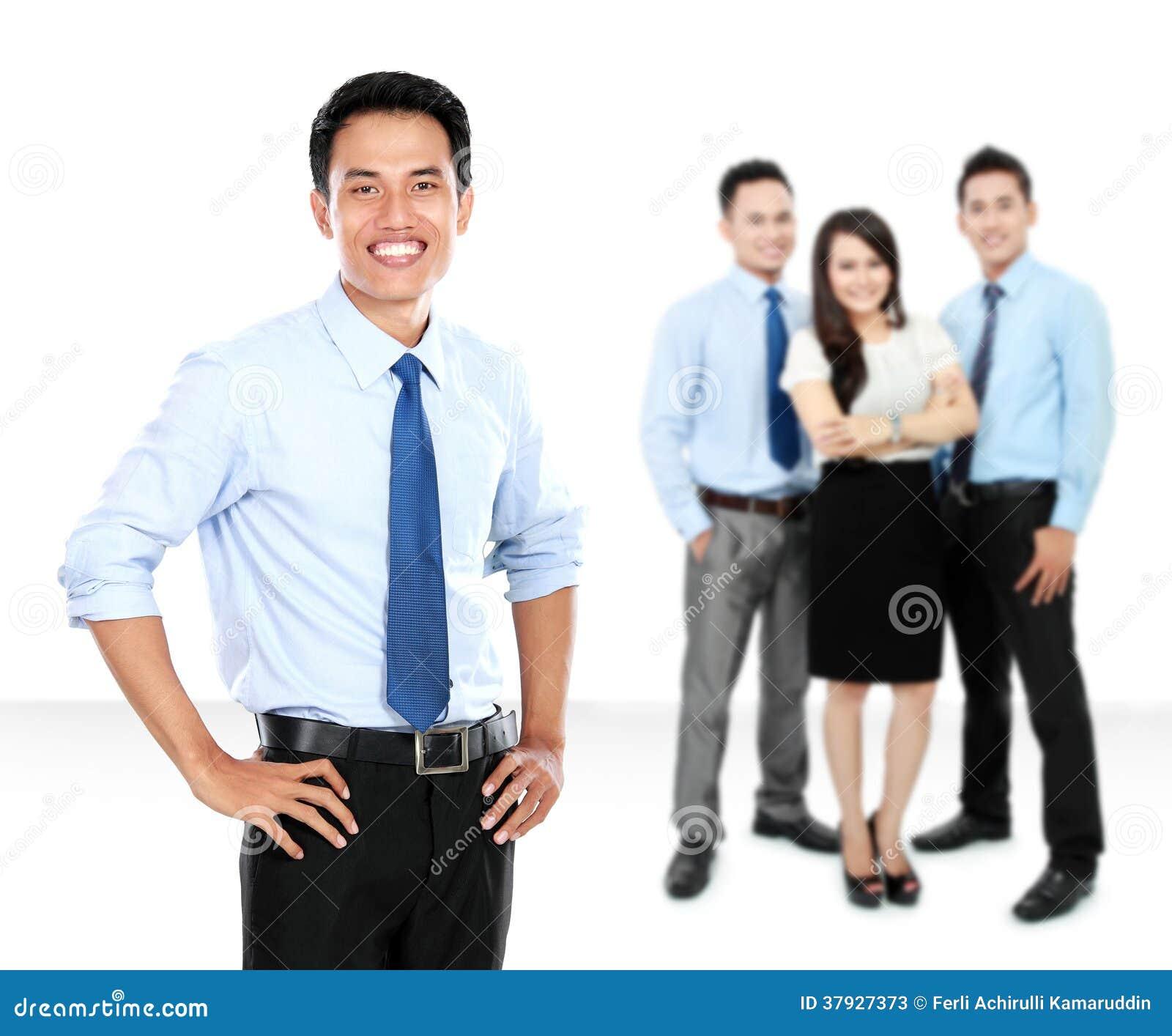 确信的年轻商人和事务合作作为背景
