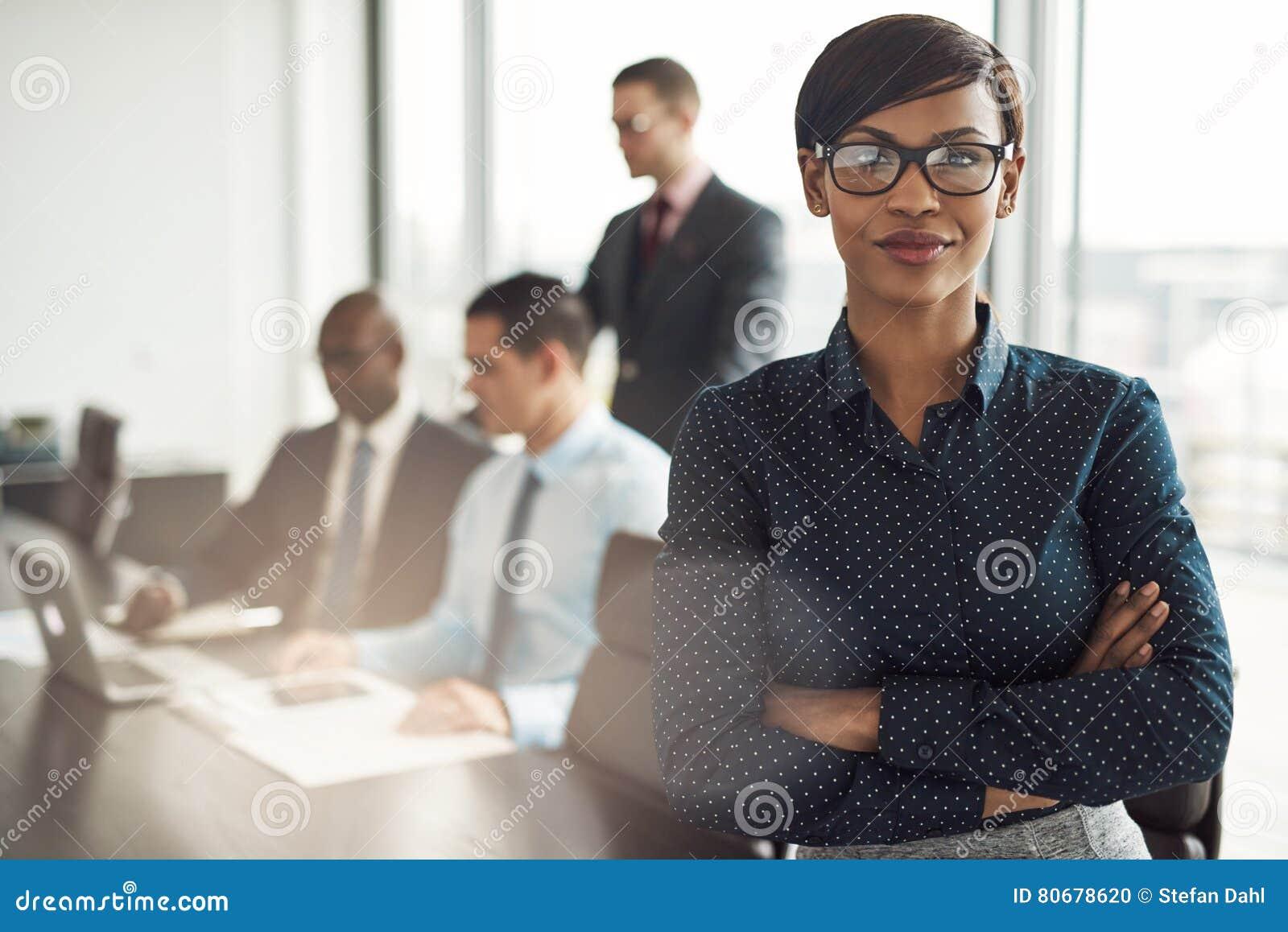 确信的年轻非洲女实业家