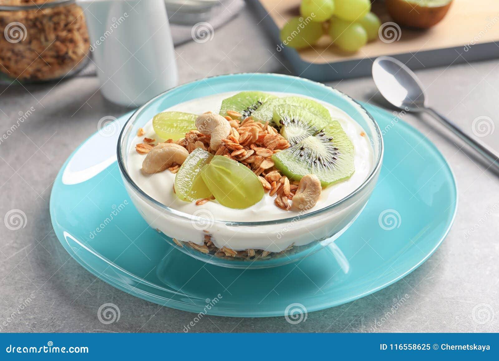 碗用酸奶、果子和格兰诺拉麦片