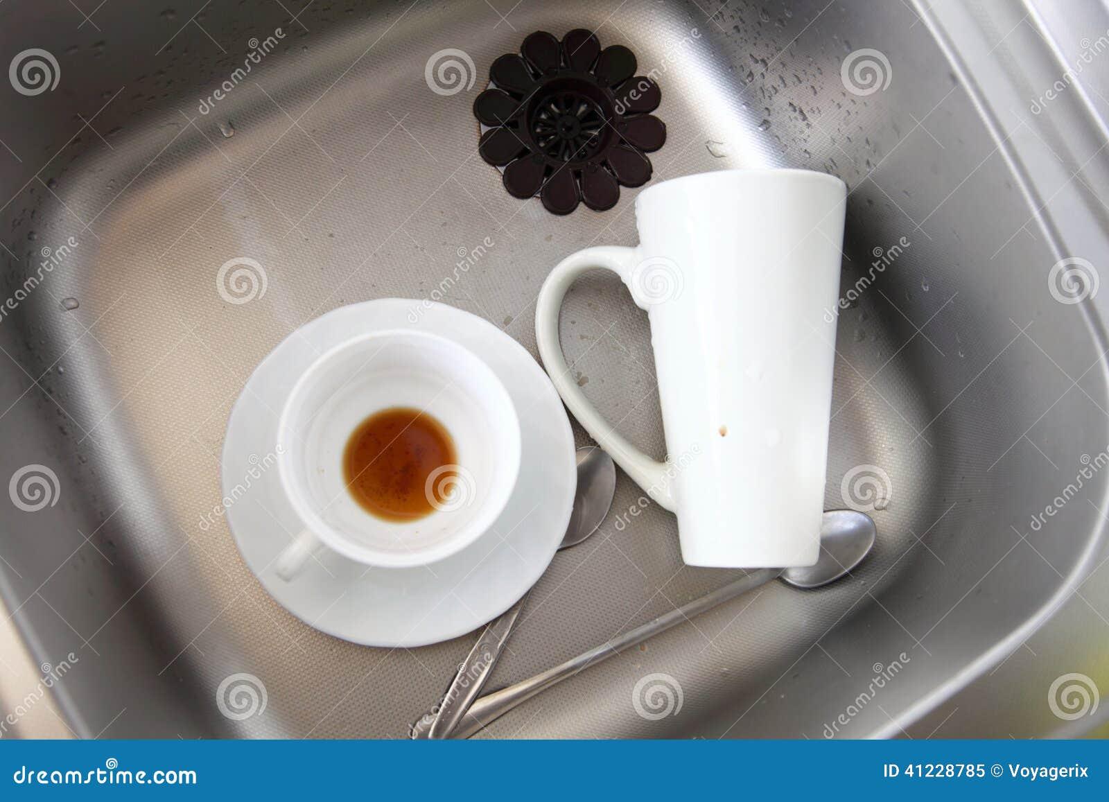 洗碗盘行为 在厨房水槽的白色盘