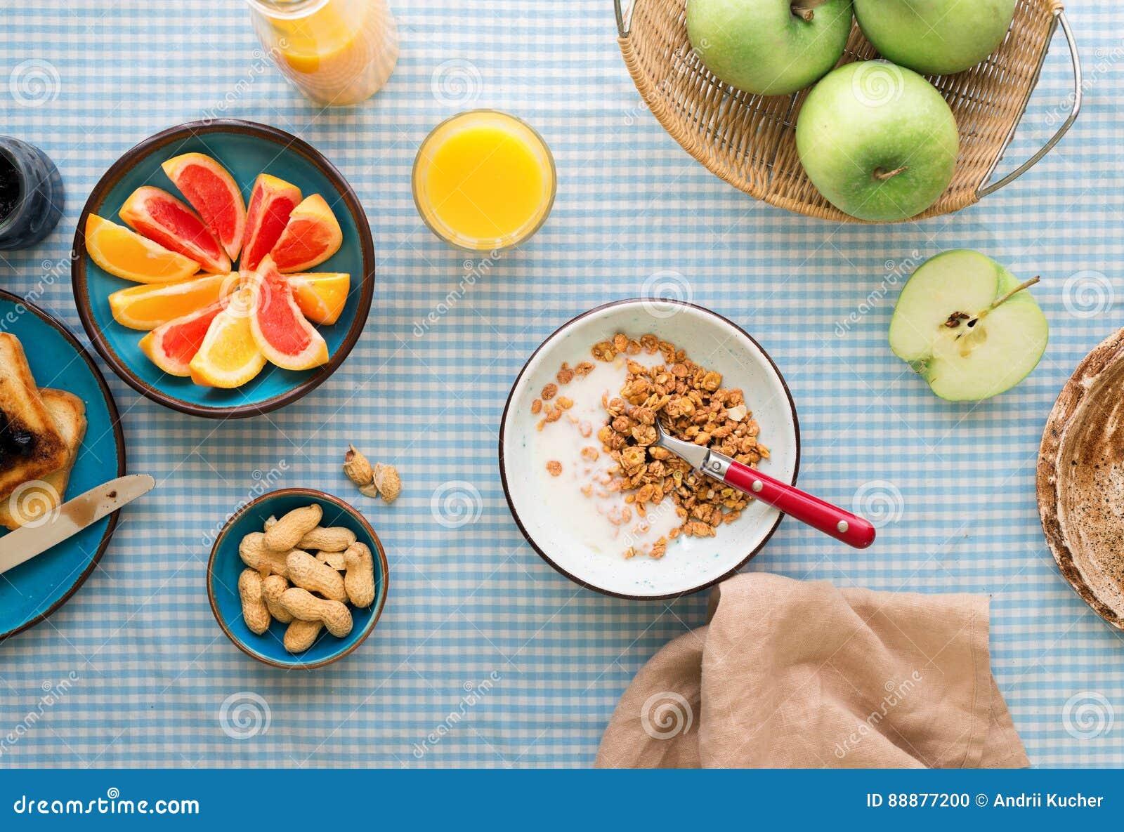 碗muesli用在桌上的酸奶 健康早餐桌