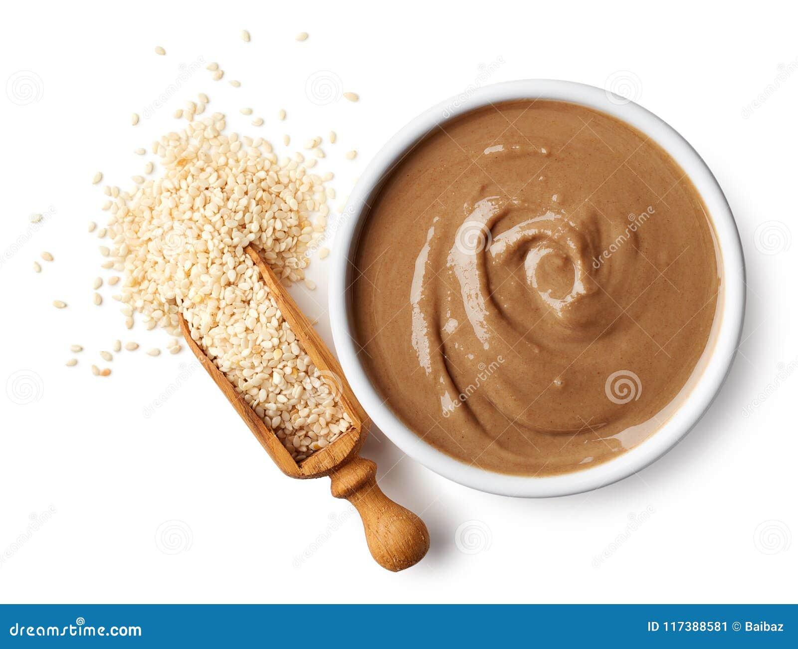 碗tahini调味汁和芝麻籽