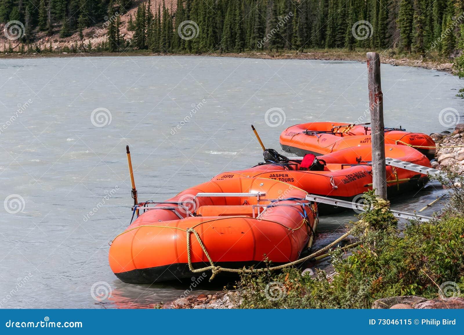 碧玉, ALBERTA/CANADA - 8月9日:在Athabasc停泊的木筏