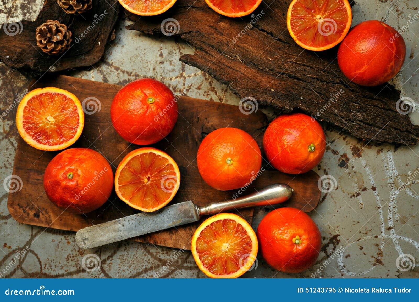 碱性,健康食物:在一个木板的红色血橙沙拉