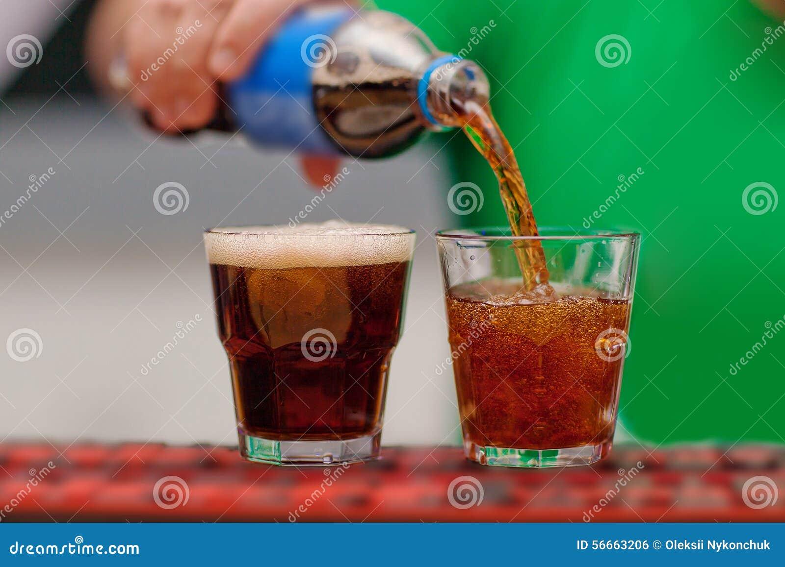 碳酸化合的饮料涌入了玻璃
