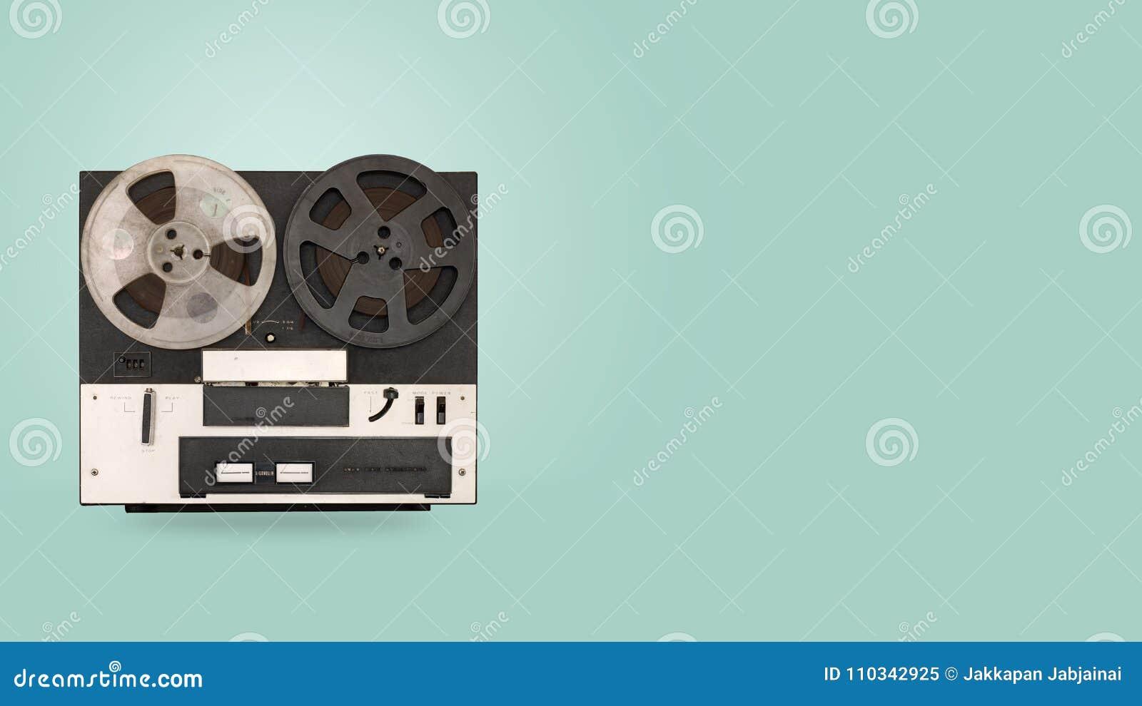 磁带记录器和球员有颜色背景的