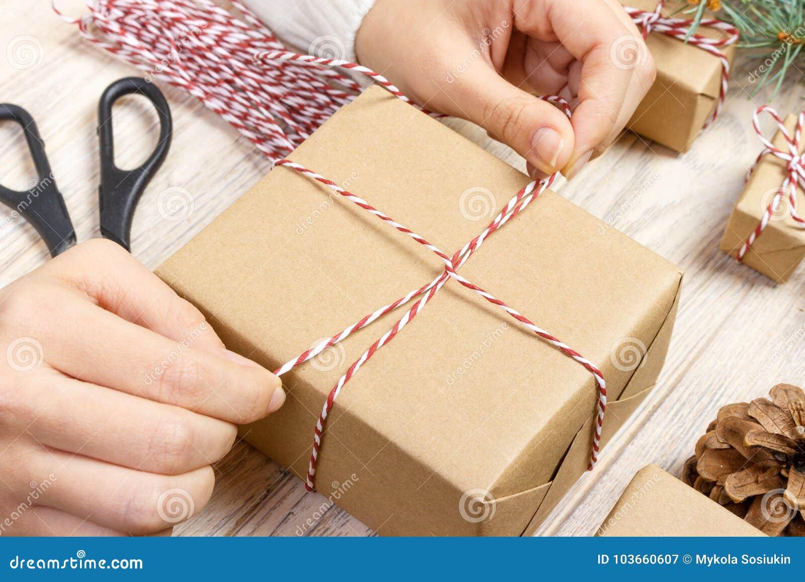 礼品包装材料妇女包装礼物逐步包裹库存图片. 图片包括有妇女包装礼物 ...