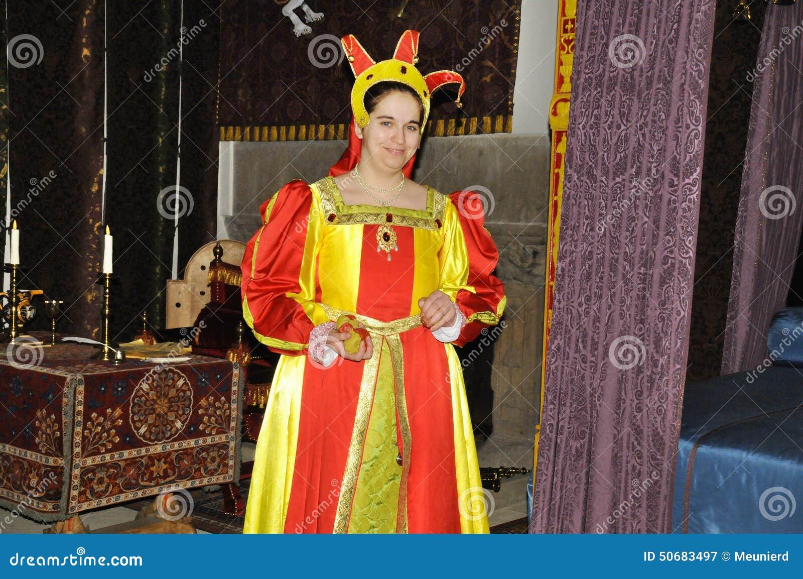 Download 礼服中世纪妇女 图库摄影片. 图片 包括有 亚瑟王的, 起斑纹, 招待, 手枪皮套, 说明, 典雅, 夫人 - 50683497