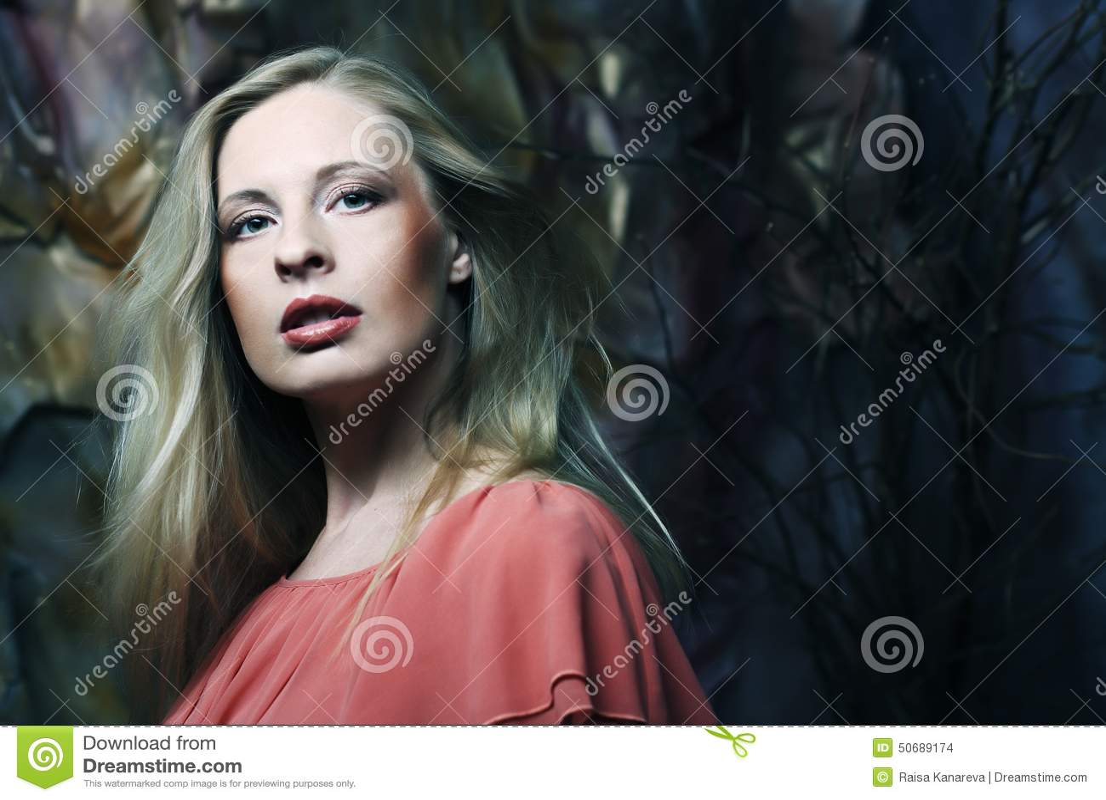 Download 礼服红色妇女年轻人 库存照片. 图片 包括有 内部, 魅力, beauvoir, 白种人, 衣物, 典雅 - 50689174