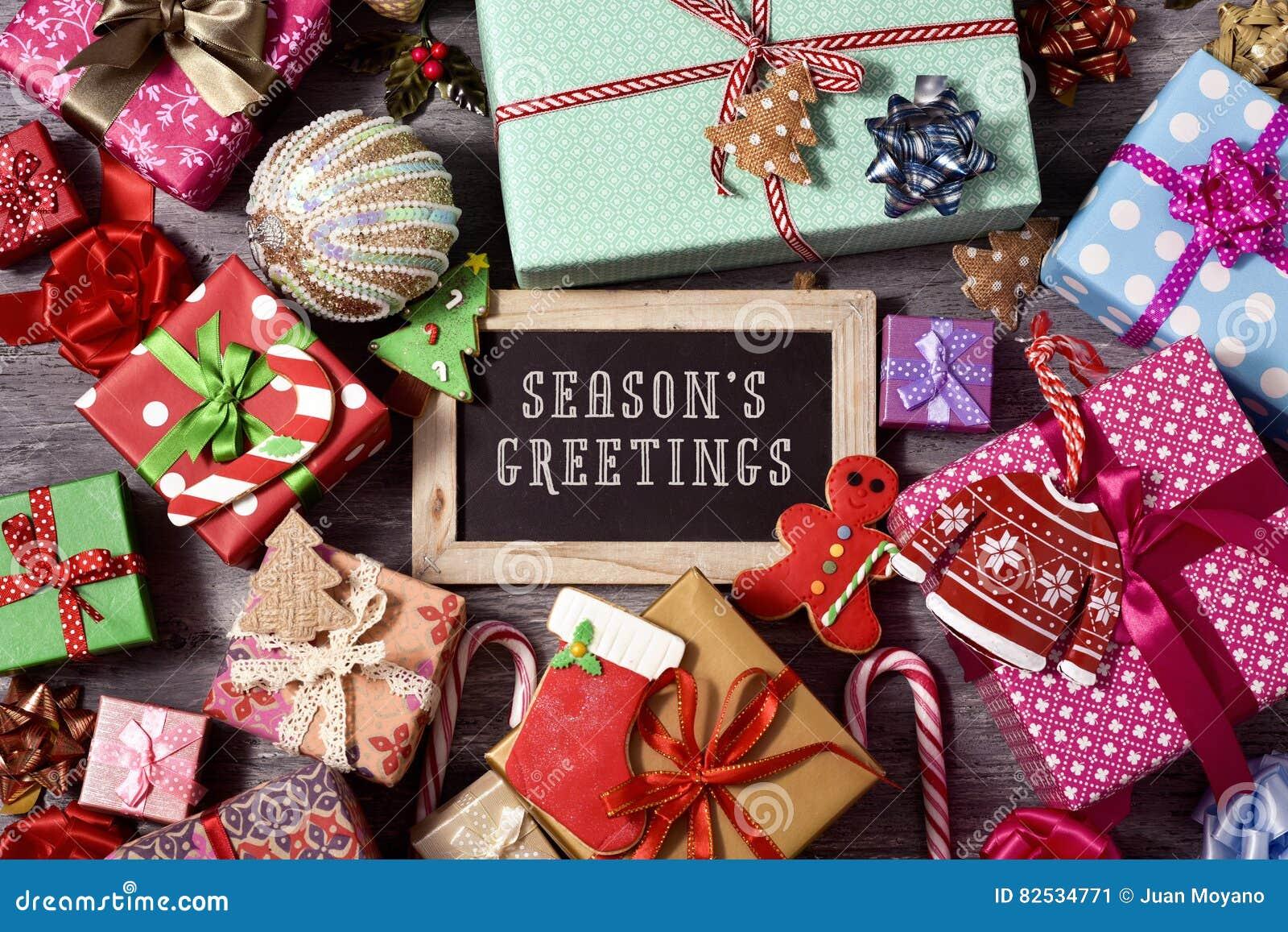 礼物、圣诞节装饰品和文本季节问候