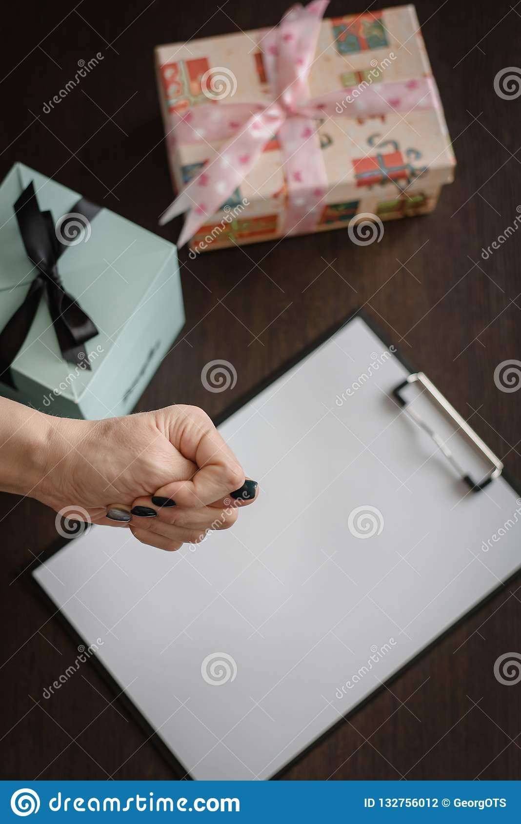 礼物为假日不会是消极的反应,不是欲望给礼物 女性手显示消极反对