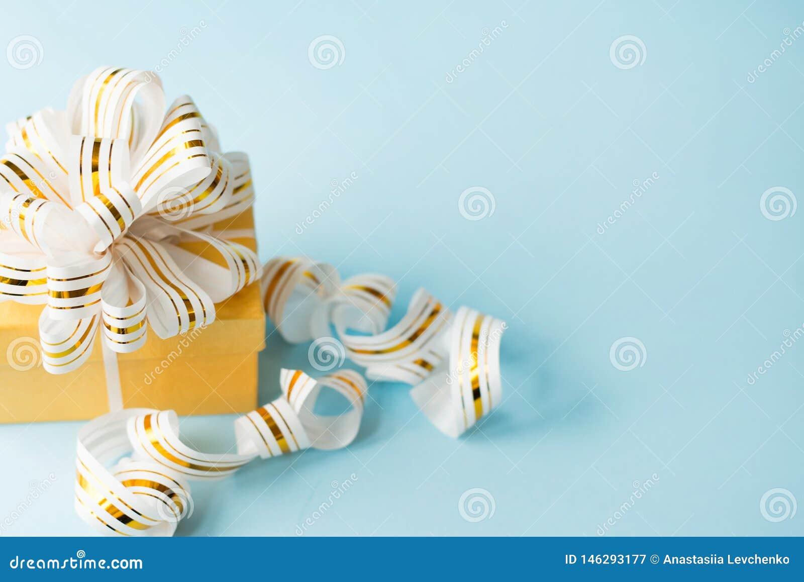 礼物包裹与在蓝色背景的弓与拷贝空间 舱内甲板被放置的贺卡