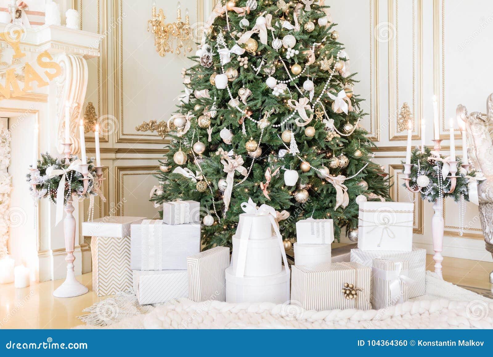 礼物在圣诞树下在客厅 家庭假日新年在家