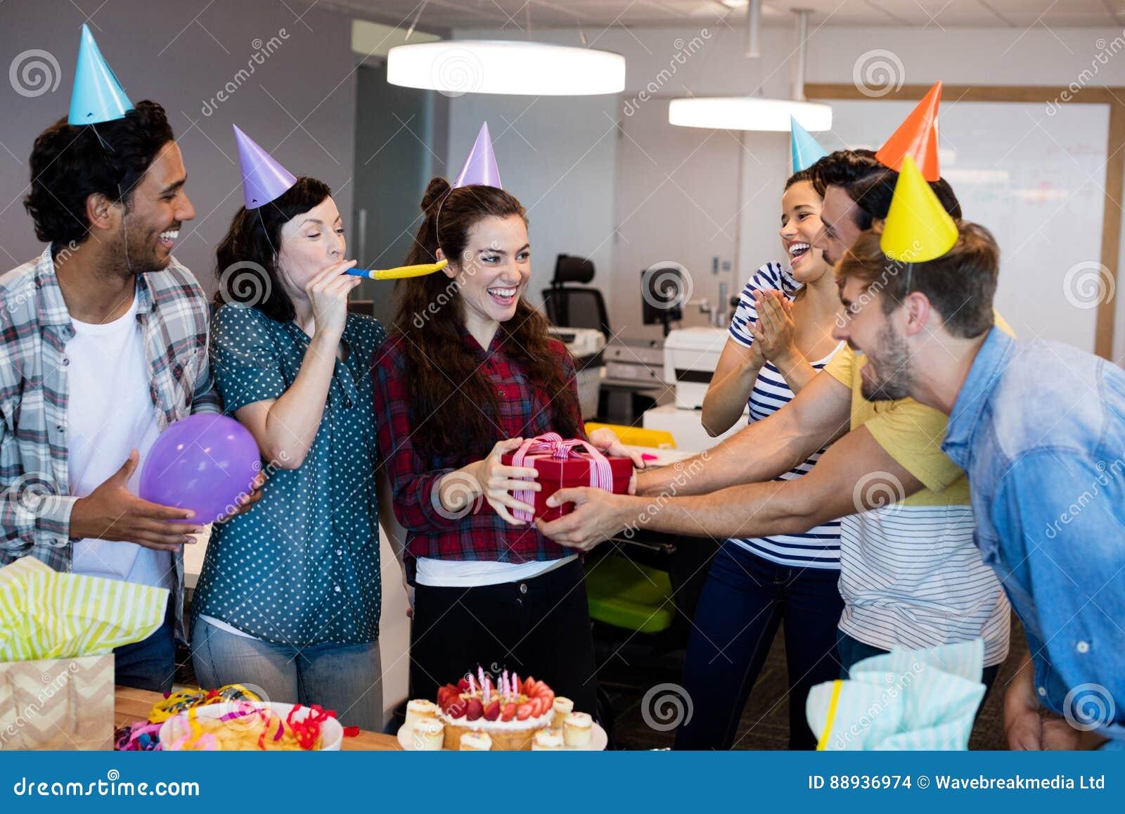 给礼物的创造性的企业队他们的学院在她的生日