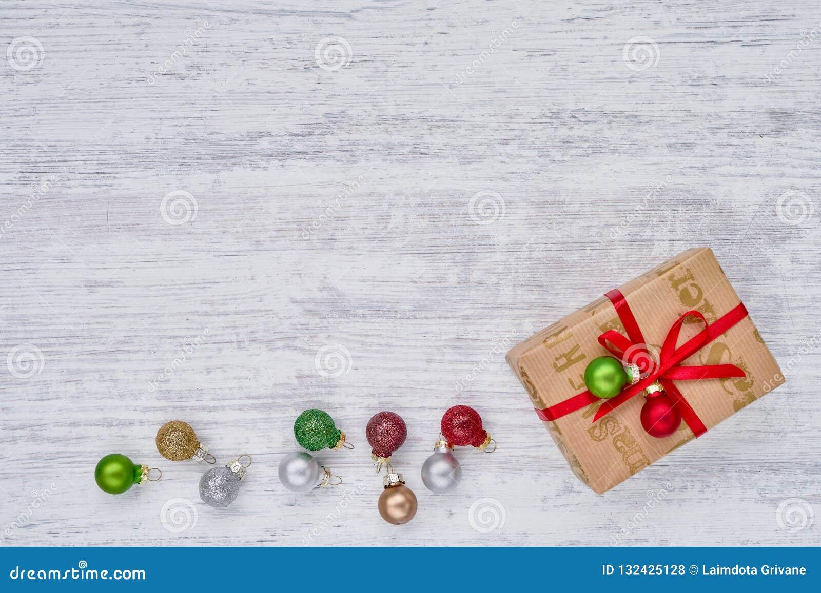 礼物盒和圣诞节装饰品在白色背景 复制空间,顶视图