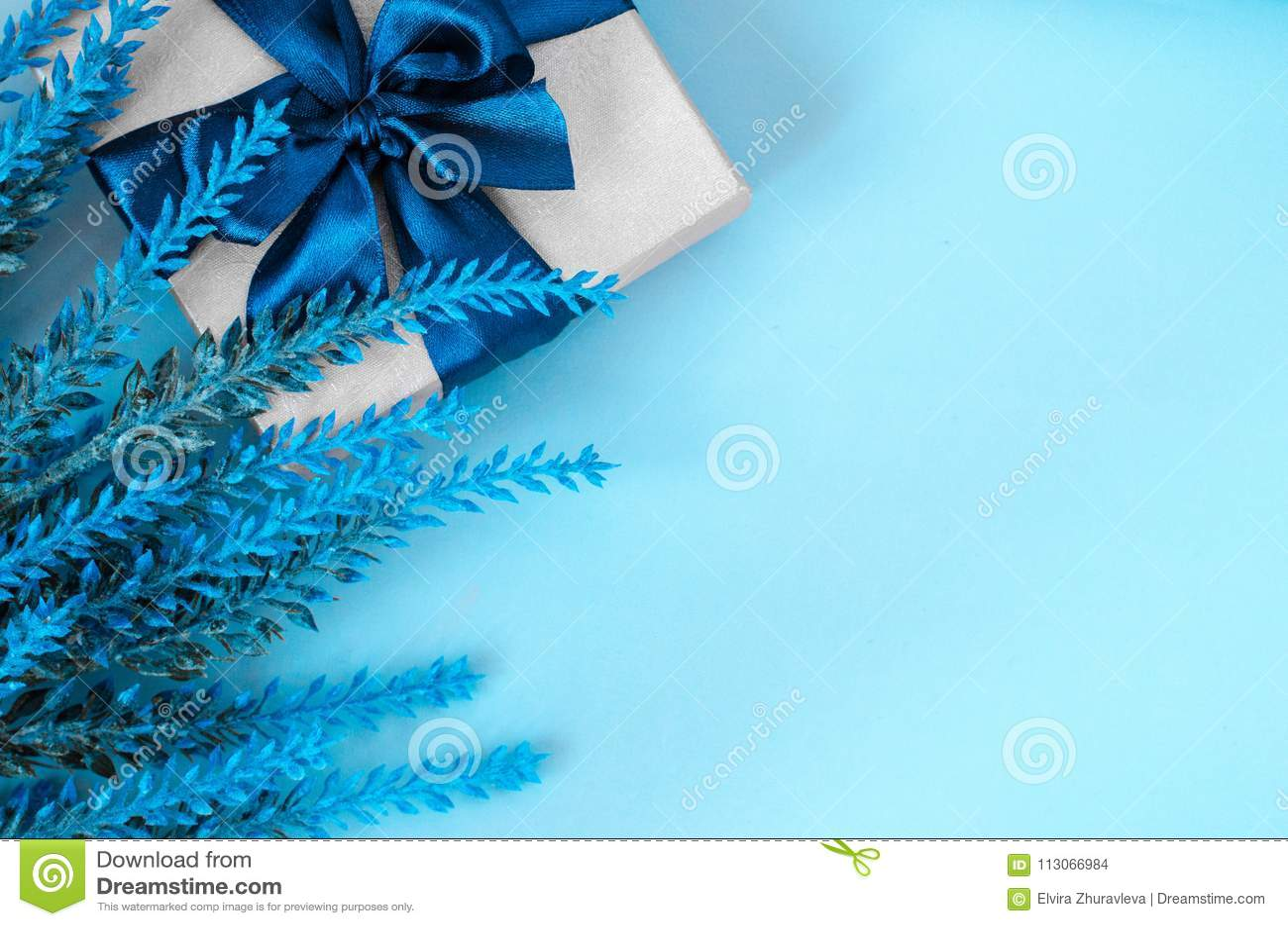 礼物盒和淡紫色在蓝色背景复制空间