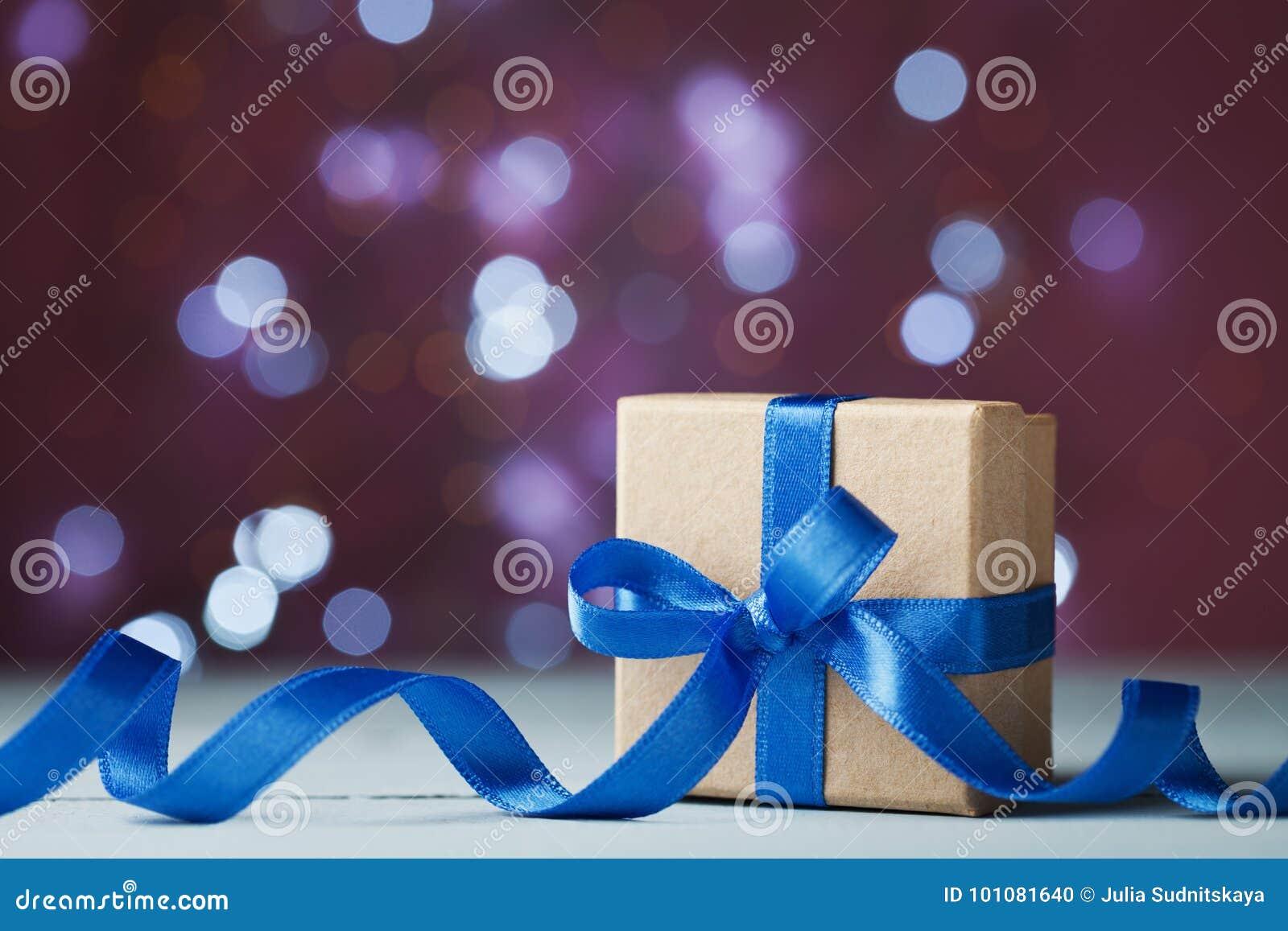 礼物盒或礼物反对欢乐bokeh背景 假日贺卡为圣诞节、新年或者生日