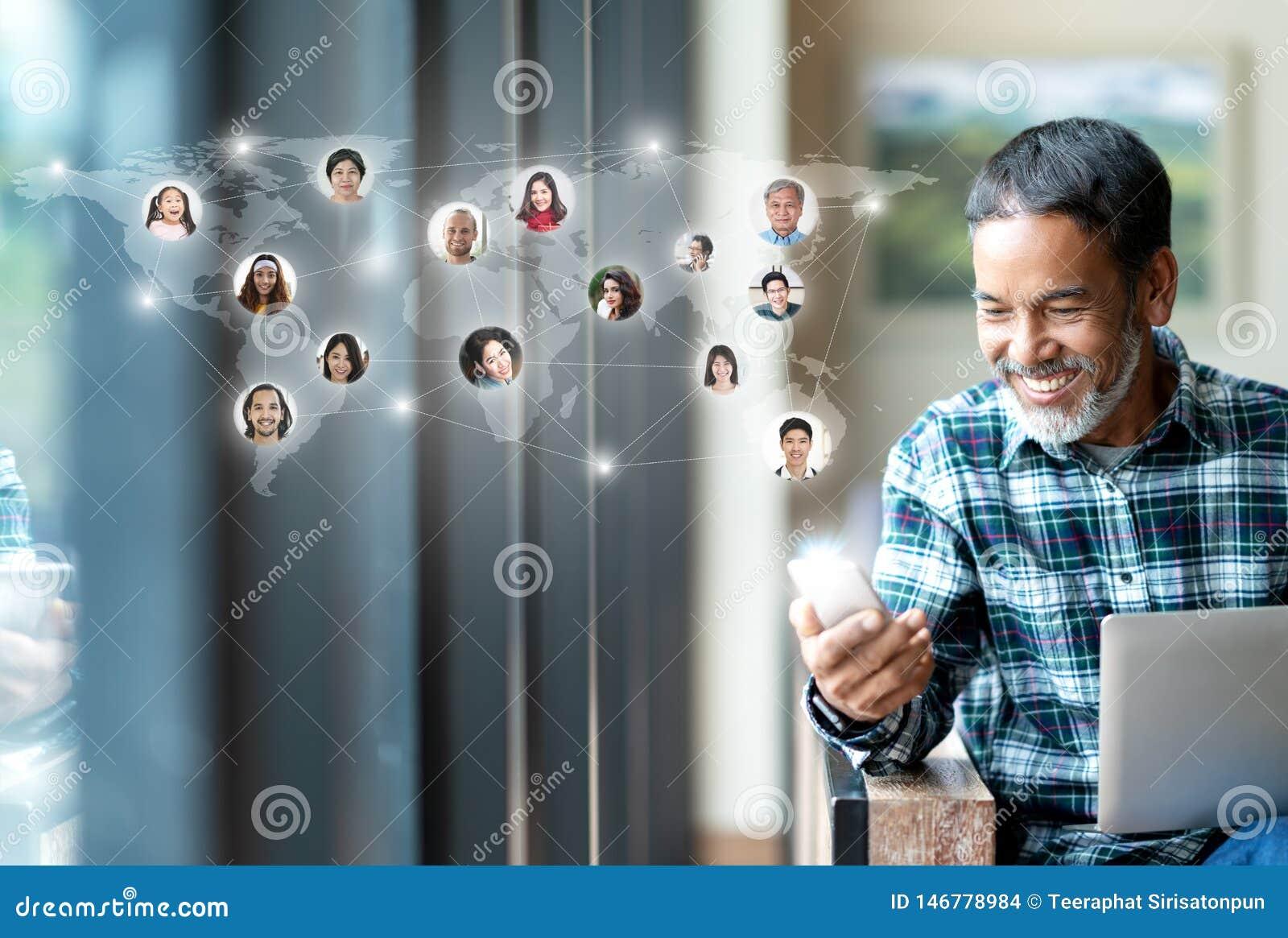 社会媒介网络、连接全世界地图的全球网络连接和人们 微笑的愉快成熟人使用