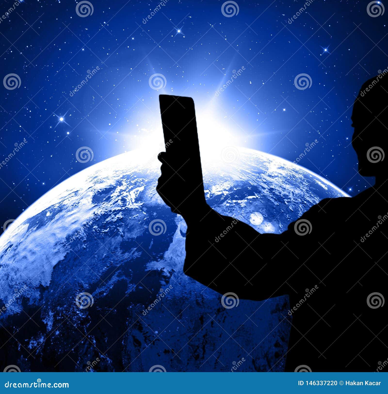 社会媒介,在手中拍与电话的人们照片