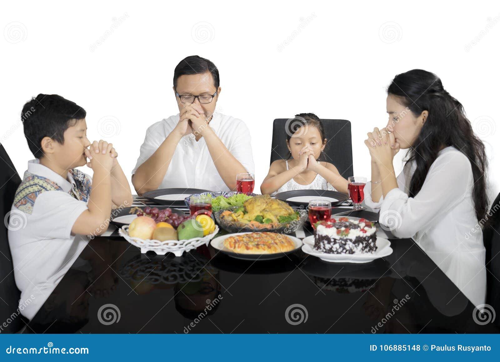 祈祷以前吃的基督徒家庭午餐