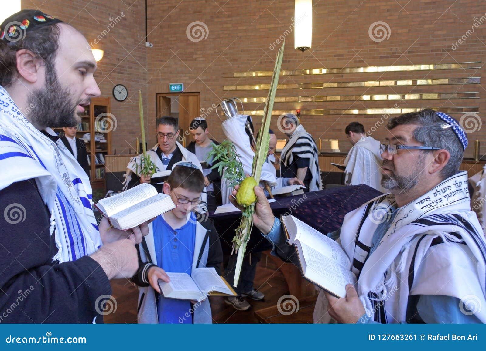 祈祷在犹太假日节日o的犹太教堂的犹太人