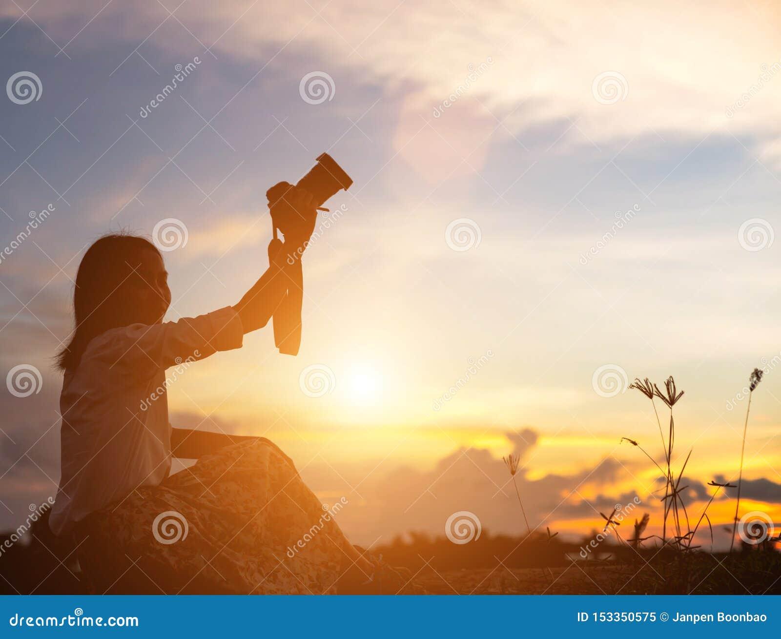 祈祷在美好的天空背景的妇女剪影
